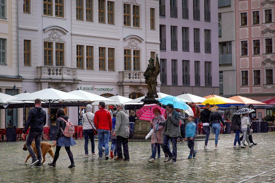 Am Pfingstsonntag ist das Wetter sehr wechselhaft, doch das hält die Dresden-Besucher nicht von ihrem Ausflug ab. Die Außenbereiche der Gaststätten am Neumarkt sind gut besucht.