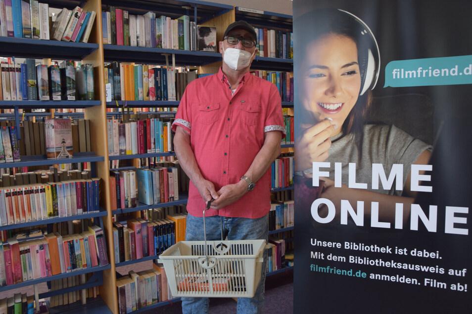 Thomas Golsch ist froh, seine Bücher in der Hoyerswerdaer Stadtbibliothek wieder selbst auswählen zu können.