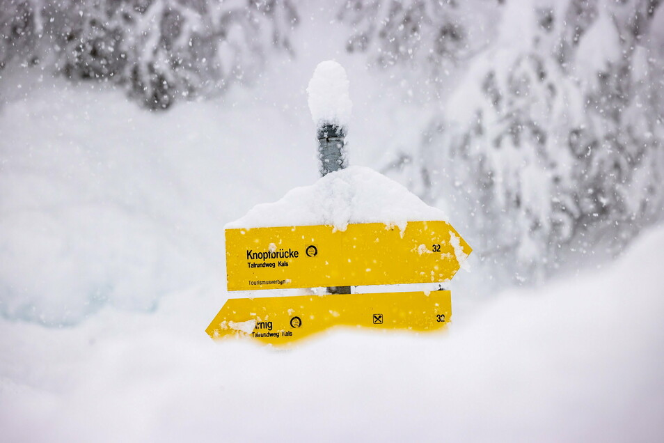 Hoher Schnee liegt am Berg Großglockner in Osttirol am Wegesrand und auf Wegweisern. Große Neuschneemengen haben in Teilen der Alpen zu erheblichen Verkehrsproblemen und höchster Lawinengefahr geführt.