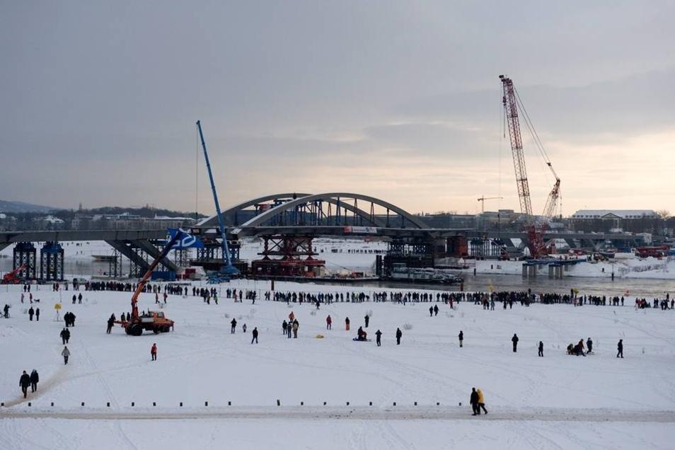 Bauarbeiten 2010  Hunderte Schaulustige beobachteten das Ereignis. Kurz darauf konnten die Dampfer der Sächsischen Dampfschiffahrt zur Jungfernfahrt unter der Brücke starten.