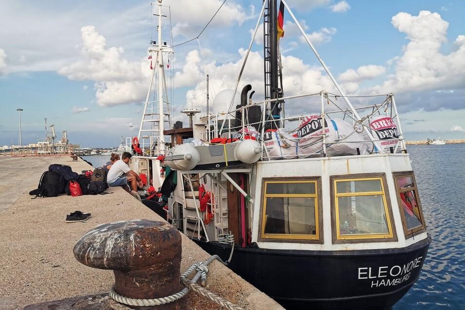 """Die """"Eleonore"""" des Dresdner Vereins Mission Lifeline liegt beschlagnahmt im militärischen Teil des Hafens von Pozzallo auf Sizilien."""
