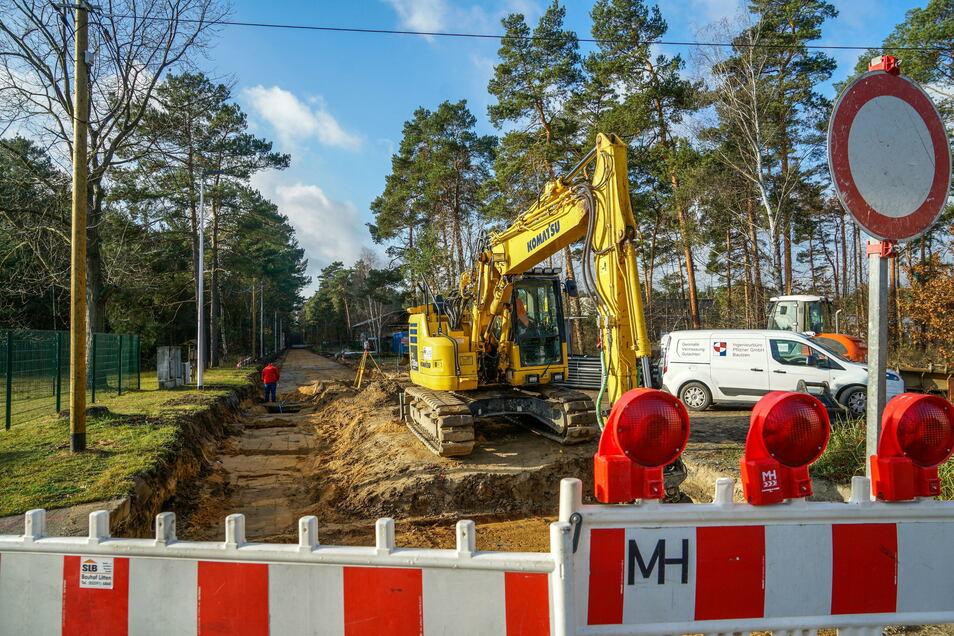 Weil der Unterbau der Eutricher Straße angehoben werden muss, ist die Zufahrt in Königswarthas Gewerbegebiet jetzt voll gesperrt. Für die Anlieger gibt's eine Ersatzzufahrt.