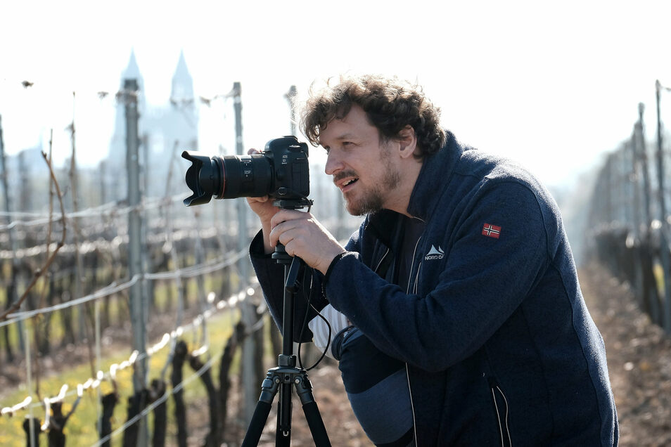 Fotograf Daniel Bahrmann im Weinberg.