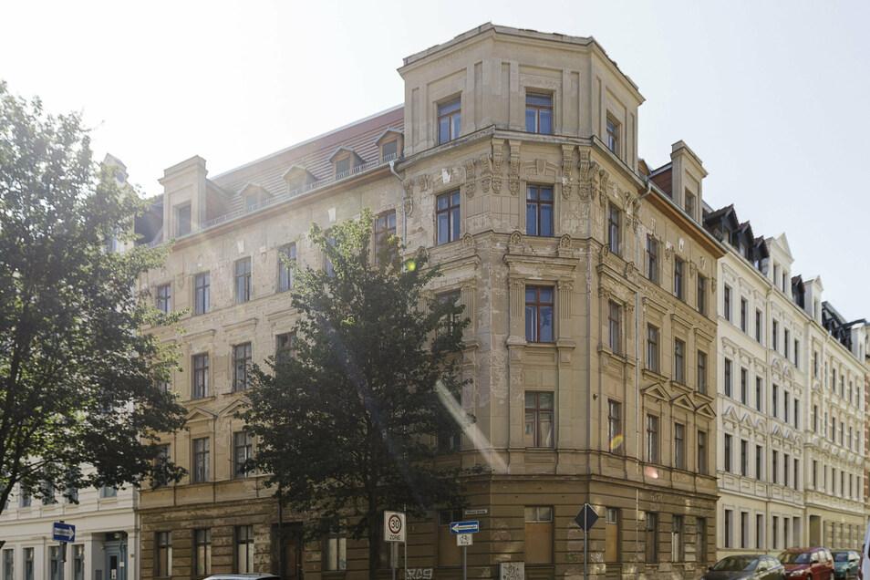 Dach gesichert, Bauantrag gestellt für Sanierung: Löbauer Straße 21