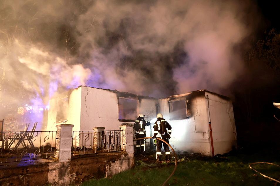 Der Bungalow brannte trotz der Löscharbeiten völlig aus.