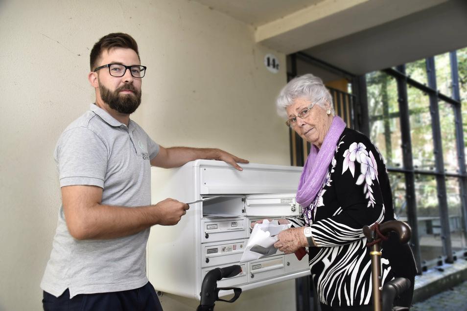 Alltagsbegleiter Martin Schade mit Jutta K. an ihrem Briefkasten.