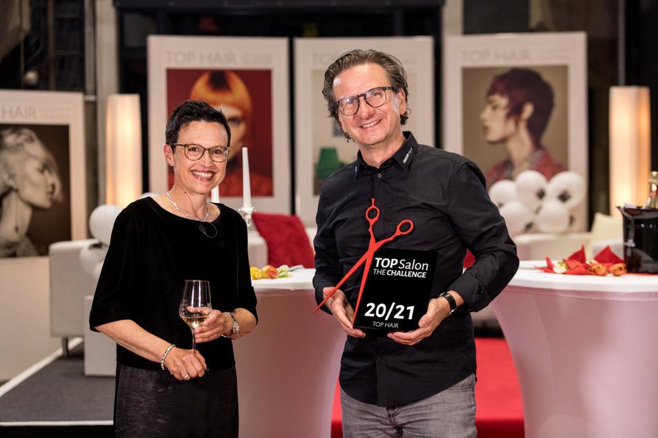 """Aus dieser Kulisse wurde der Stream übertragen. Dr. Rebecca Kandler hat diesen Abend moderiert. Heiko Schneider bekam die zweite Auszeichnung als """"Top Salon"""" überreicht."""