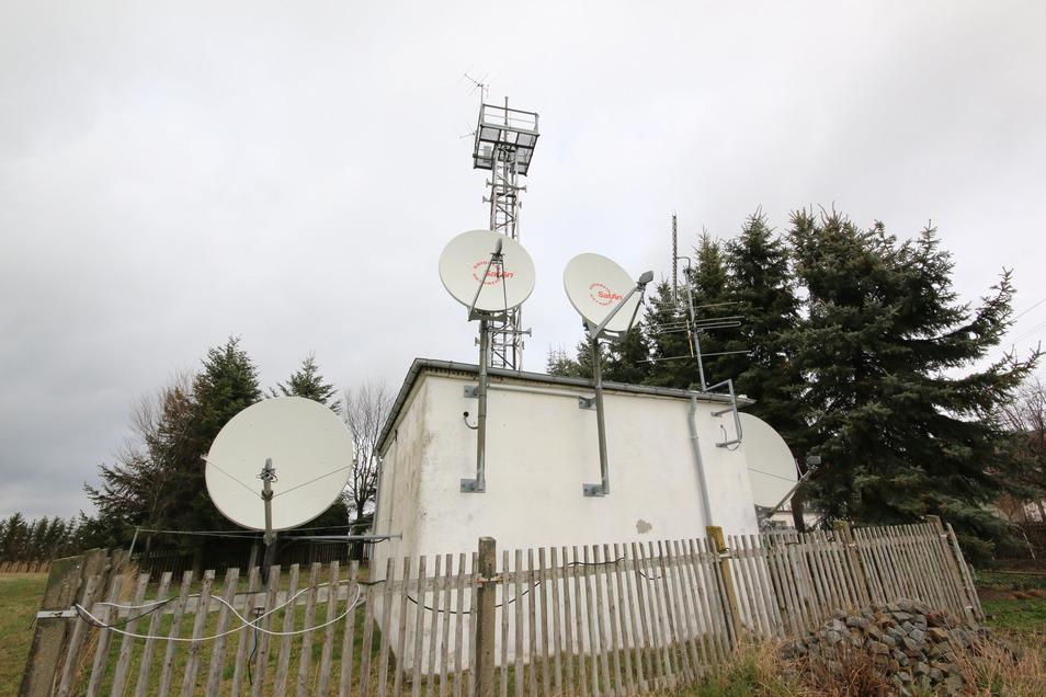 Am Stadtrand Richtung Haßlau befindet sich ein Teil der Technik der Antennengemeinschaft Roßwein. Fast alle Anwohner des Stadtgebietes und einiger Ortsteile beziehen über diese Anlagen ihr Fernseh- und das digitale Radioprogramm – immer noch.