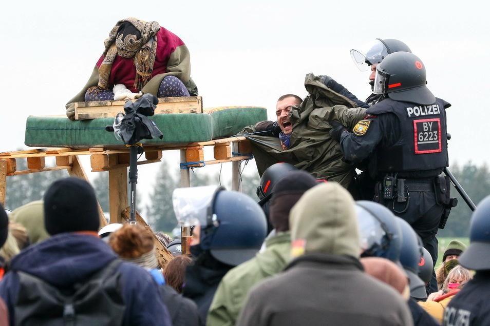 Die Polizei geht im Dannenröder Forst gegen Demonstranten vor.