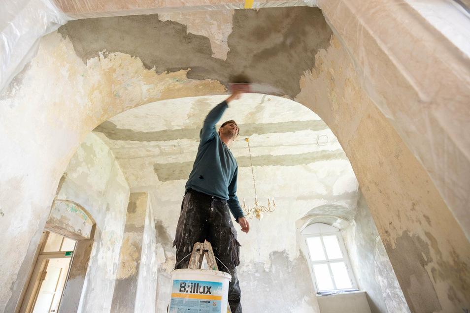Silvio Medger vom Bauhof Struppen trägt in den zukünftigen Horträumen eine Grundierung auf das Mauerwerk auf.