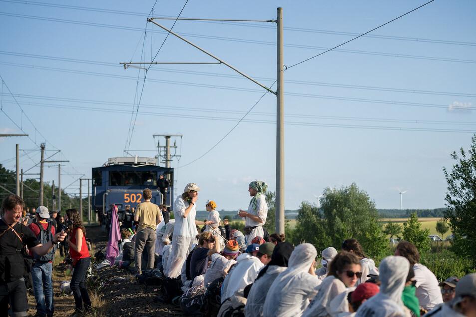 Im Juni diesen Jahres blockierten Demonstranten die Infrastruktur rund um den Tagebau Garzweiler in Nordrhein-Westfalen. Das werden sie kommendes Wochenende auch an einigen Stellen in der sächsischen und brandenburgischen Lausitz versuchen.