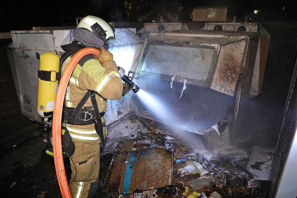 Die Dresdner Feuerwehr ist in der Nacht zum Dienstag zu mehreren Bränden in Gorbitz gerufen worden.