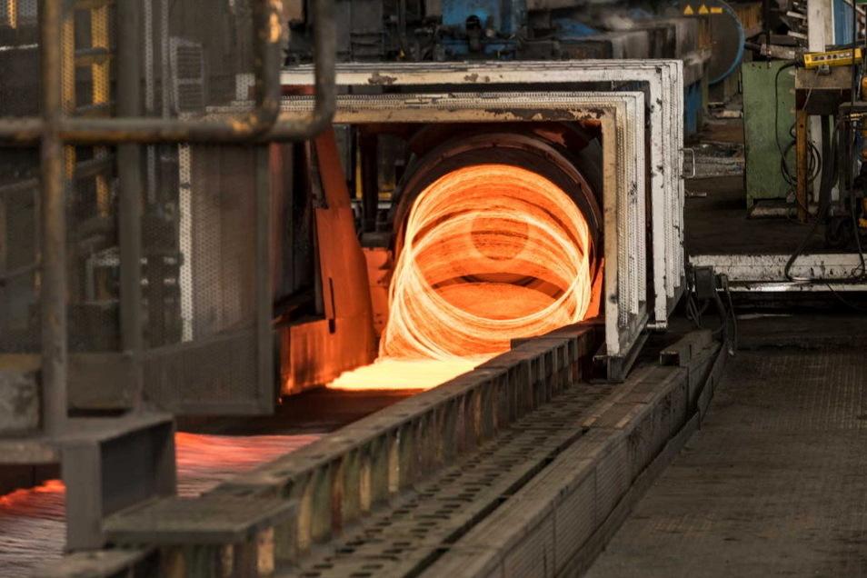 Glühend verlässt der Baustahl bei Feralpi das Walzwerk.