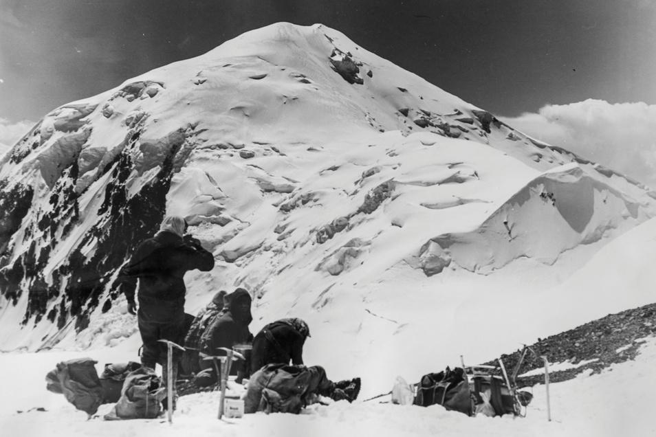 Undercover im Sowjetreich: Bergfreunde aus Pirna lagern 1973 unterhalb des 6.700 Meter hohen Pik Dserschinski im Alai-Gebirge in Kirgistan.