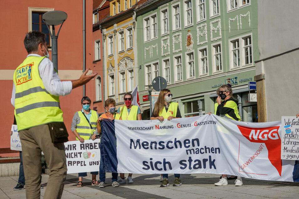 Am Montagvormittag haben Mitarbeiter des Senfherstellers Bautzner auf dem Kornmarkt in Bautzen gestreikt.