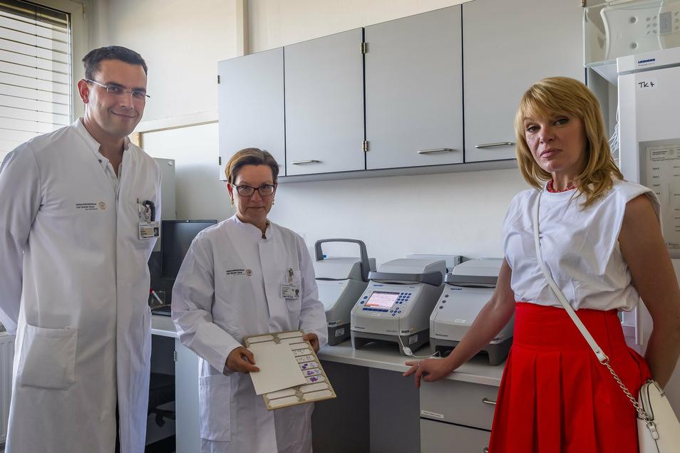 Maryna Preibsch (r.) mit Dr. Martin Wermke und Prof. Daniela Aust vom Dresdner Uniklinikum.