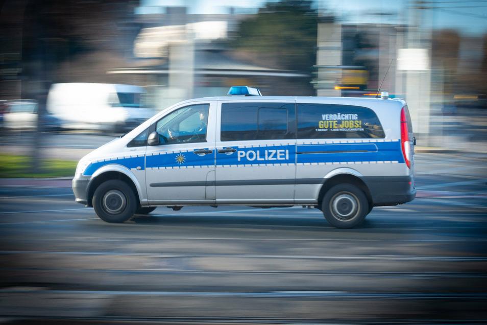 Die Polizei wurde am Mittwoch nach Pieschen an den Elberadweg gerufen. Dort hatte ein Mann unter anderem Radfahrer attackiert.