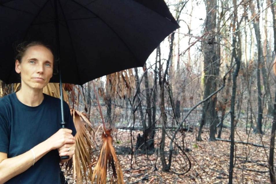 Geisterwald im Regen: Ivonne Ranisch sucht Down Under das erste Grün in der Asche.