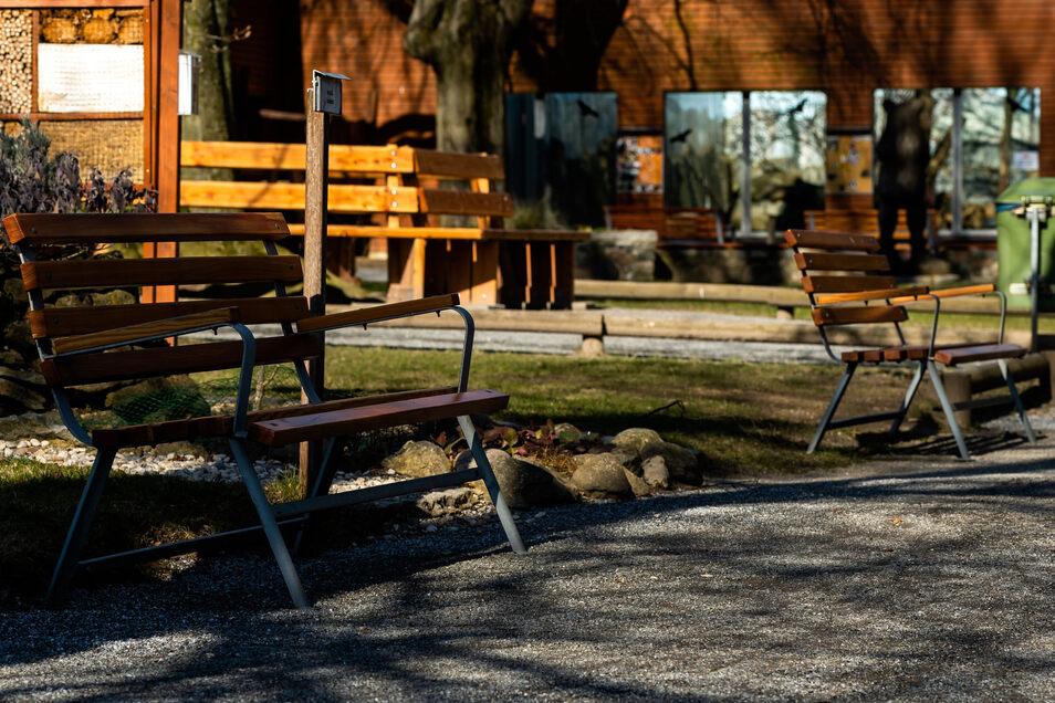 Menschenleere Wege, freie Bänke, wo sonst immer viel Begängnis ist: der Tierpark Bischofswerda in diesen Tagen. Im Hintergrund ist das Bärengehege zu sehen.