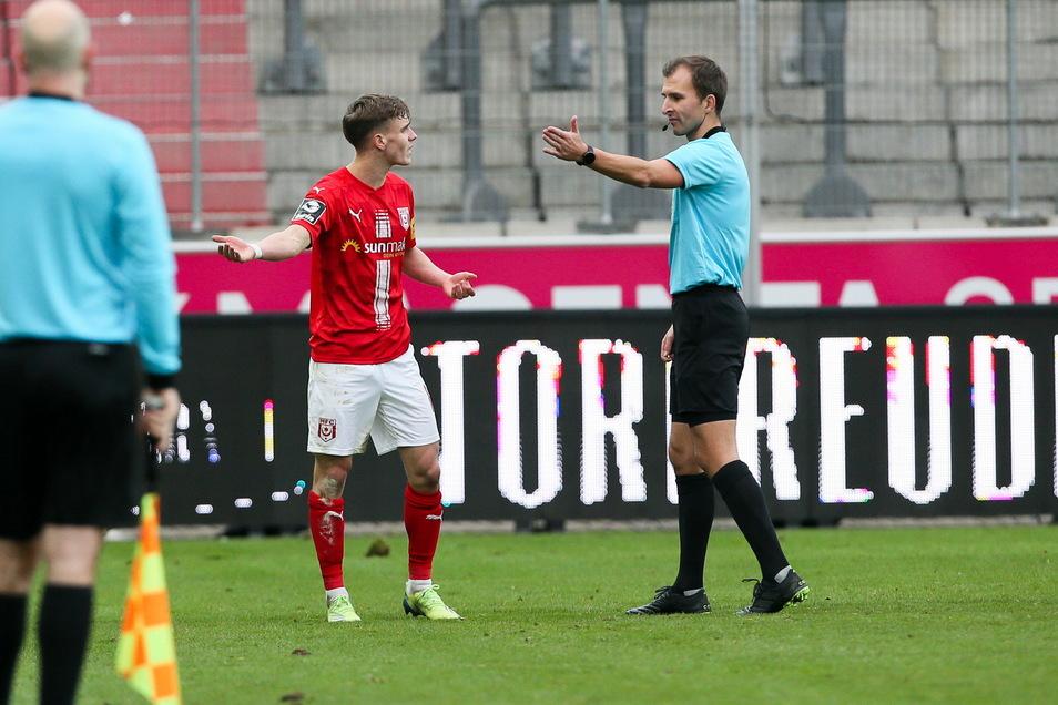 Eine Schlüsselszene der Partie: Schiedsrichter Florian Heft schickt Halles Laurenz Dehl nach der zweiten Gelben Karte vom Platz.