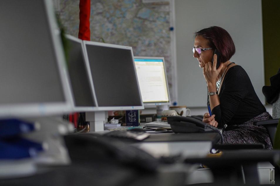 Allein am Newsdesk: Redakteurin Madeleine Siegl-Mickisch sitzt im Produktionsraum der Redaktion in Bautzen, wo sonst bis zu sechs Mitarbeiter an der Print- und Online-Ausgabe arbeiten. Wegen Corona sind derzeit alle anderen im Homeoffice.