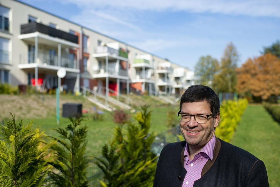 Kommwohnen-Geschäftsführer Arne Myckert steht vor den Mietergärten an der Jonas-Cohn-Straße in Weinhübel. Bald übernimmt sein Unternehmen auch die städtischen Kleingartenanlagen.