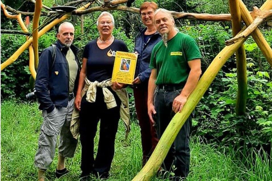 Mitglieder vom Freundeskreis und Tierpark-Chef Andreas Stegemann (rechts) bei der Übergabe der Urkunde.