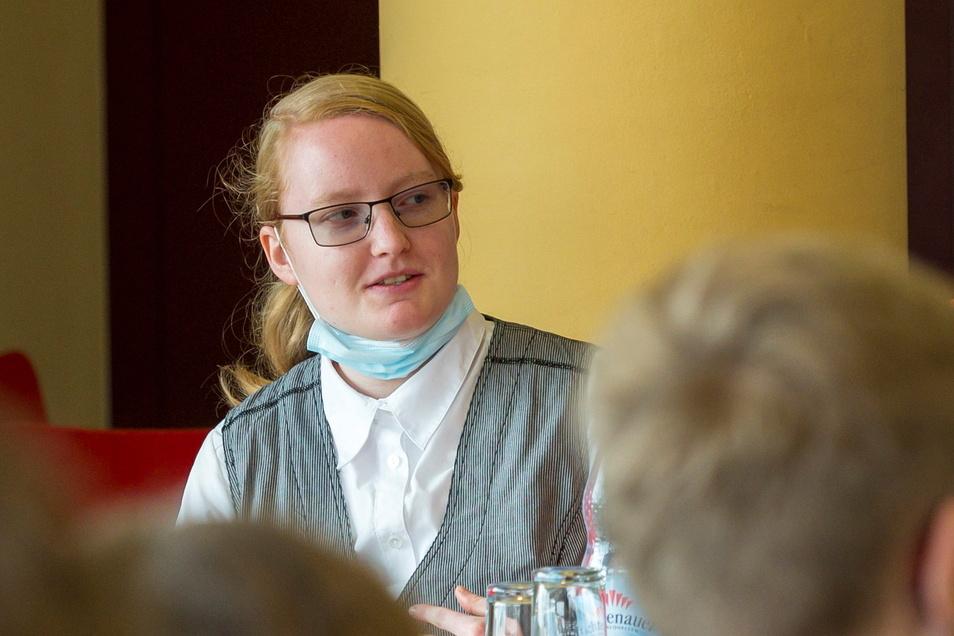 Stefanie Schütz erzählt Schülern von ihren Erfahrungen bei der Ausbildung in der Bäckerei Brade.