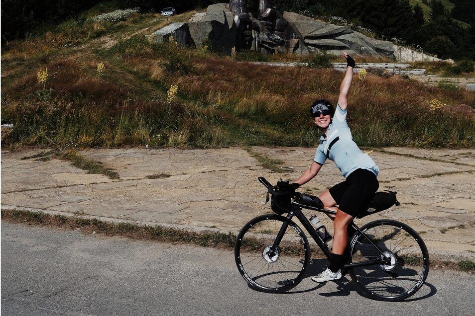 Fiona Kolbinger winkt am Fuße des Berges Chadschi Dimitar in Bulgarien. Für sie war das Rennen zwischen Schwarzem Meer und Atlantik keine Strapaze, sondern ein Genuss.