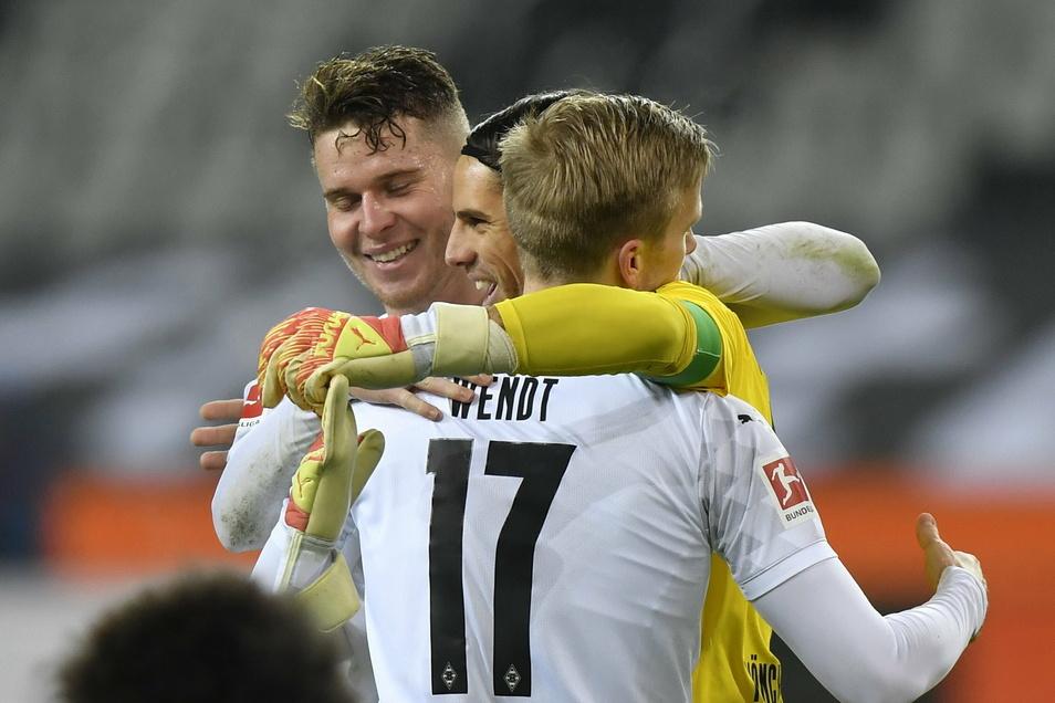 Mönchengladbachs Spieler, darunter Torwart Yann Sommer (M) und Oscar Wendt, feiern den Sieg der Mannschaft.