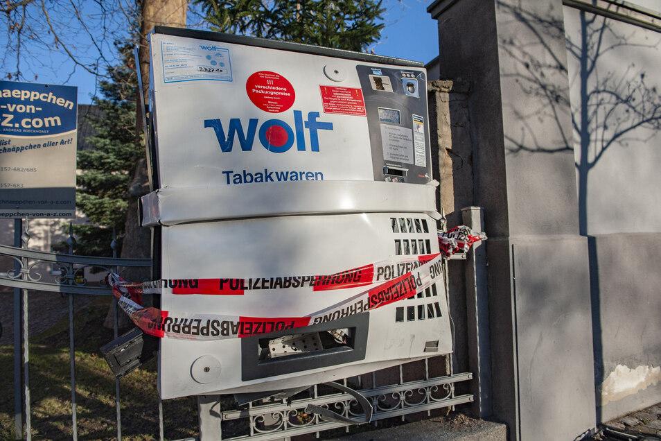 Automaten werden immer wieder mit Pyrotechnik attackiert. Das Foto zeigt einen Zigarettenautomat, der an Silvester in Großenhain gesprengt wurde. Freitagnacht passierte etwas Ähnliches in Röhrsdorf.