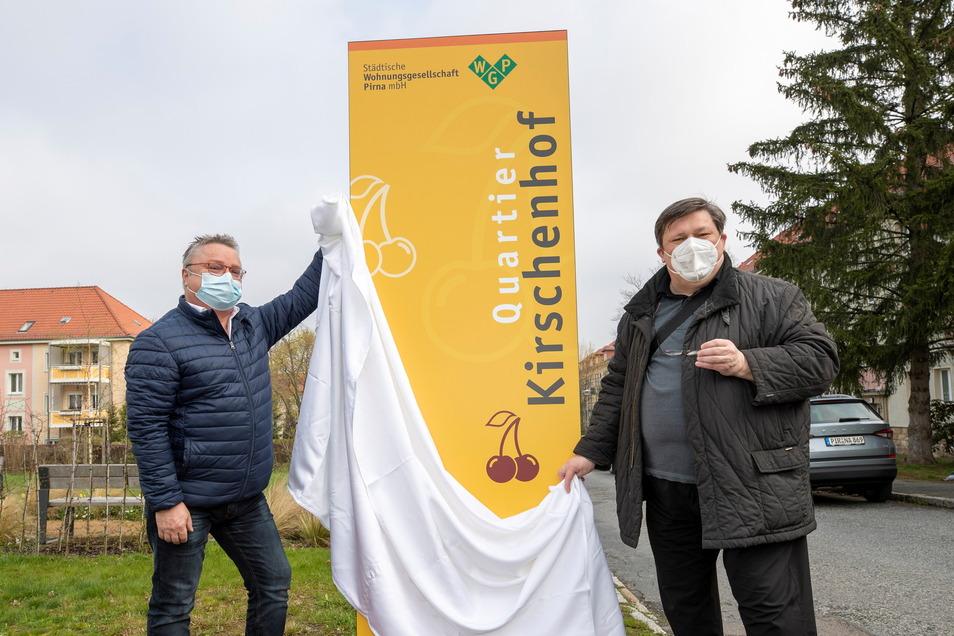 """Der Sonnensteiner StadtteilmanagerPeter Erhardt(l.) und WGP-Chef Jürgen Scheible: Namenstaufe zum """"Quartier Kirschenhöfe""""."""