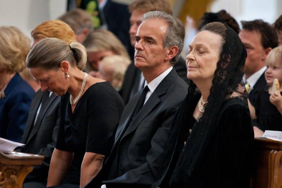 Die Familie trauerte, als 2012 Maria Emanuel Markgraf von Meißen starb, der Chef der albertinischen Wettiner. Weder seine Witwe Anastasia (r.) noch sein Adoptivsohn Alexander (2.v.r.) werden als Führer des albertinischen Adelshauses anerkannt.