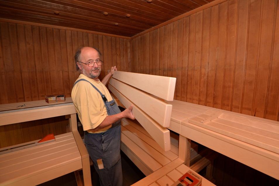 Hier erneuerte Heiner Lehmann 2014 Teile der Sauna im Erlebnisbad Paulsdorf an der Talsperre Malter.