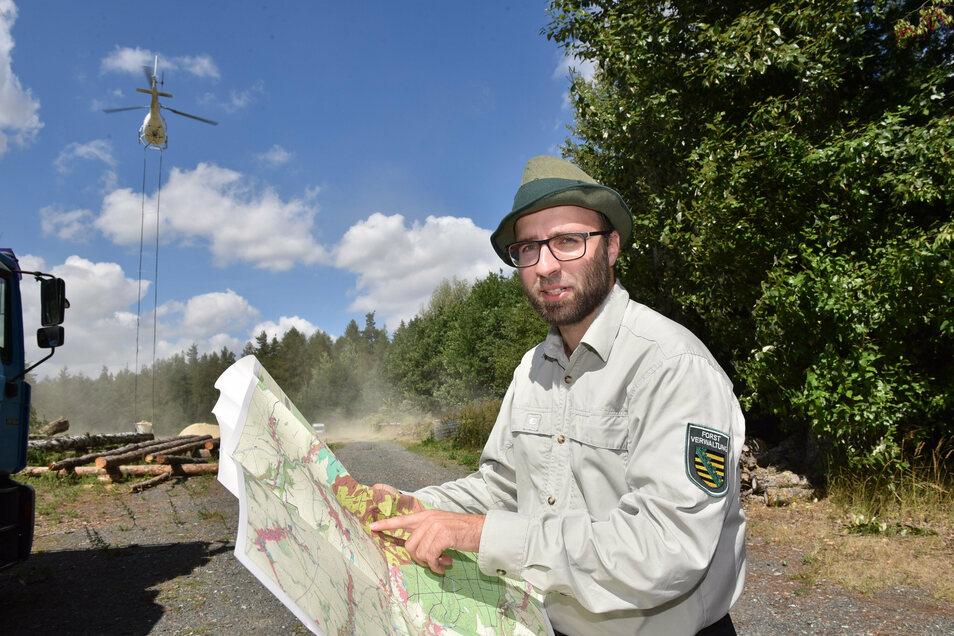 Denny Werner, Sachbearbeiter für Waldökologie und Naturschutz beim Forstbezirk Bärenfels, zeigt die zu kalkenden Gebiete im Tharandter Wald.