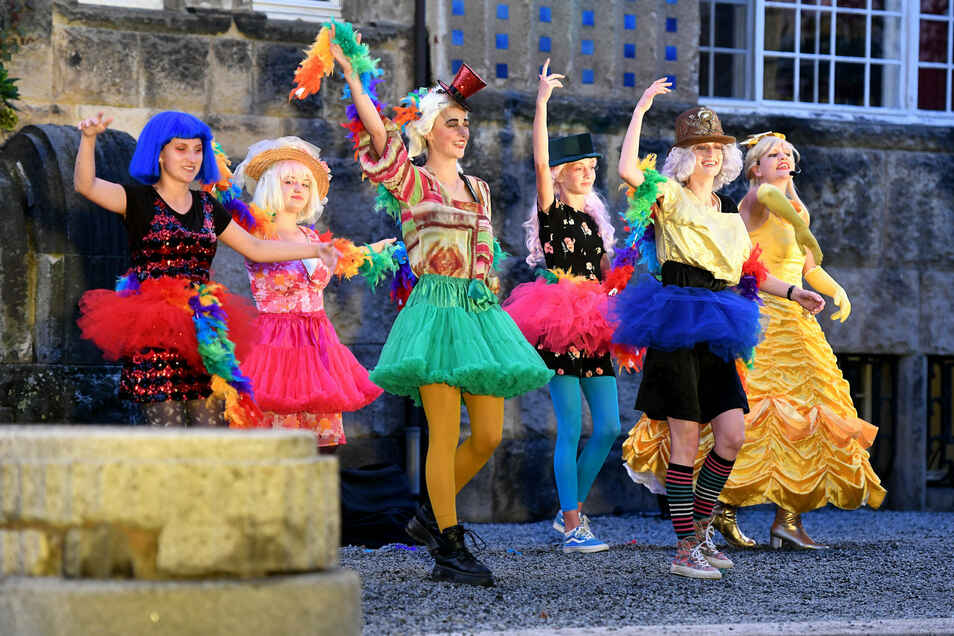 Mitglieder des Neugersdorfer Jugendtheaters zeigen eine tolle Vorstellung.