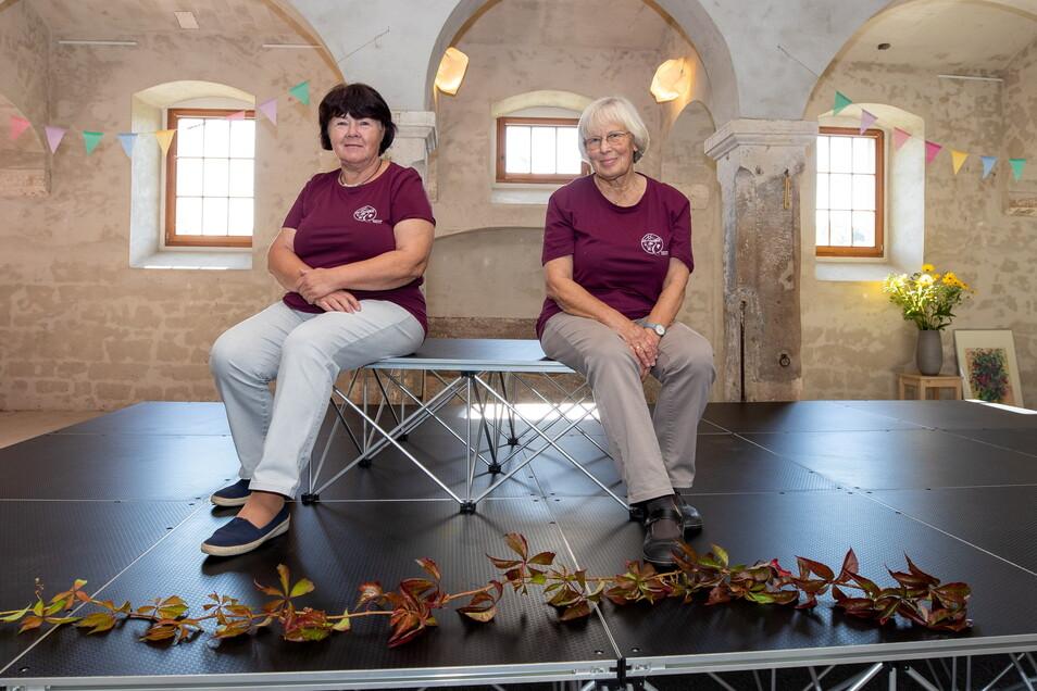 Beate Grimmer (links) und Ursula Knepper vom Verein Quohrener Leben probieren die neue Bühne schon mal aus.