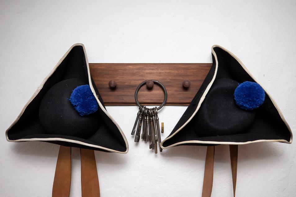 Staub- und fusselfrei: Zwei Soldatenhüte und ein Schlüsselbund in der Dauerausstellung auf der Festung Königstein.