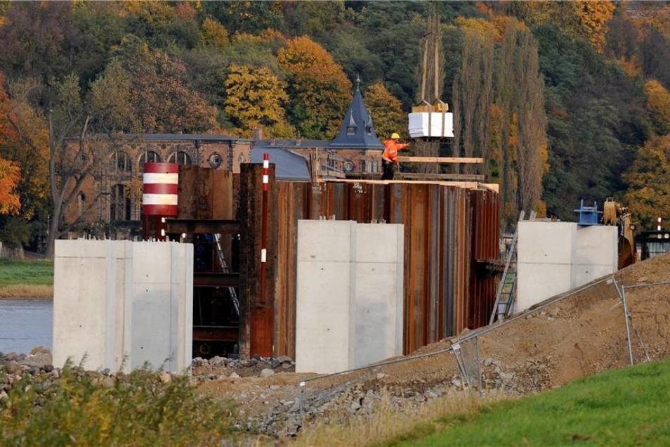 Bauarbeiten 2010  Auf diesen Stahlbetonpfählen wurde eine Art Gleistrasse verlegt, damit das Mittelteil der Waldschlößchenbrücke verlegt werden konnte.