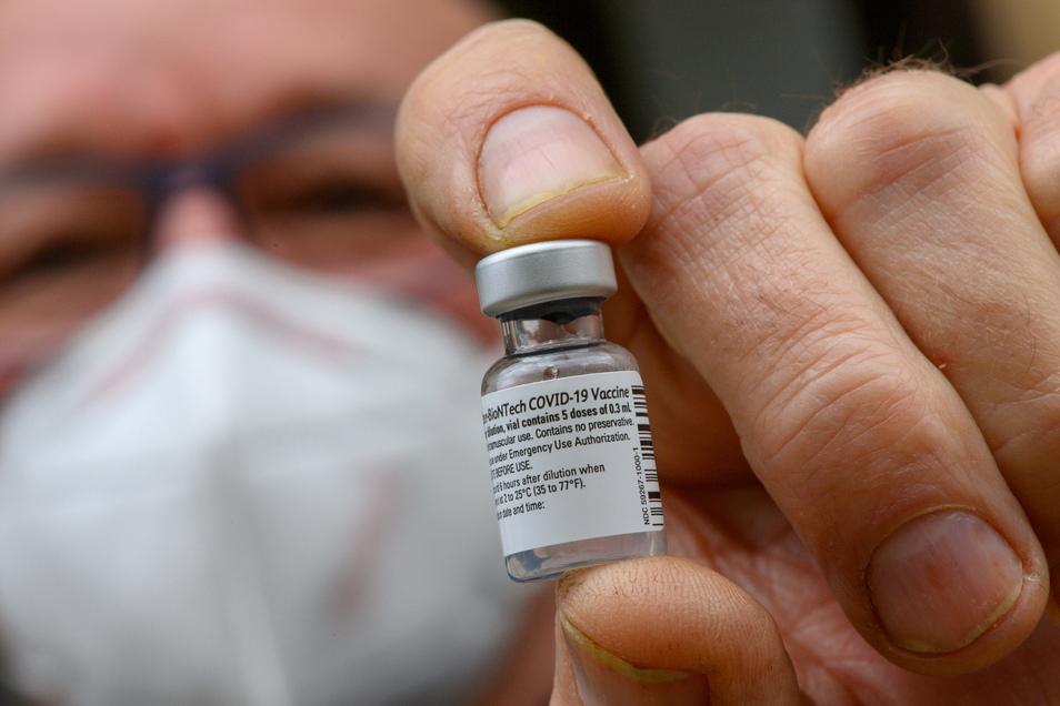 Klaus Begall, Professor am Ameos-Klinikum in Halberstadt, zeigt eine leere Ampulle, in der einst Dosen des Impfstoffs von Biontech-Pfizer waren, die am 26. Dezember 2021 verimpft wurden.
