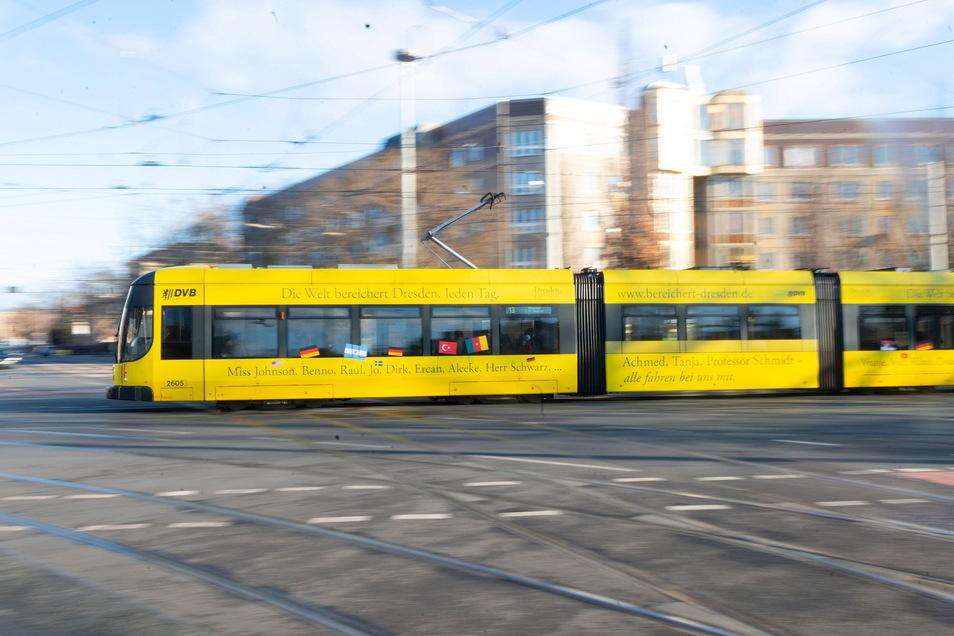 Nur ein Jahr später, also 2003, erreicht mit der NGT D12 DD die neue Generation Bombardier-Niederflurbahnen Dresden. Es ist die damals längste Straßenbahn Europas und misst 45 Meter. 43 Exemplare besitzen die DVB.
