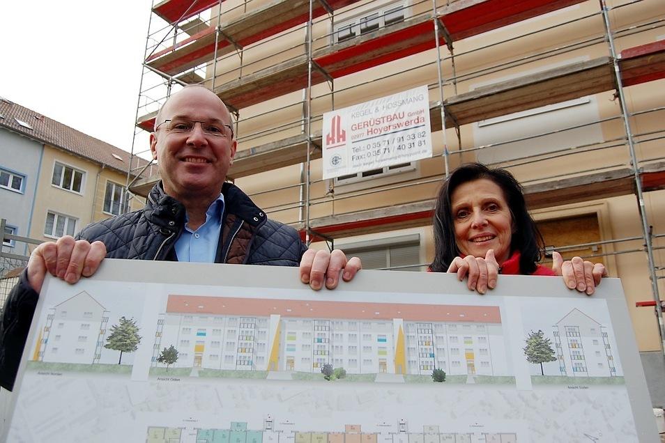 Steffen Markgraf und Petra Scholz von der Wohnungsgesellschaft zeigen, wie die Petersstraße 2-8 aussehen soll – in Gelb-Weiß die beiden Aufzüge.