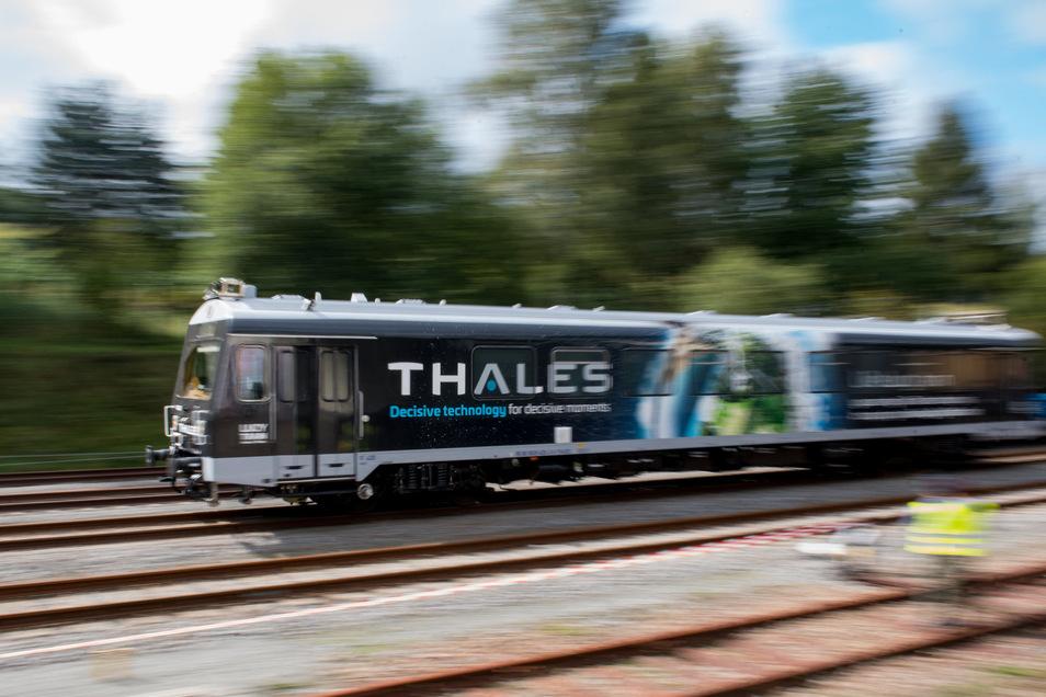 Ein Triebwagen des Militär- und Transportunternehmens Thales ist auf einer Testfahrt im Bahnhof Schlettau unterwegs. Der Zug wird über den neuen Mobilfunkstandard 5G ferngesteuert.