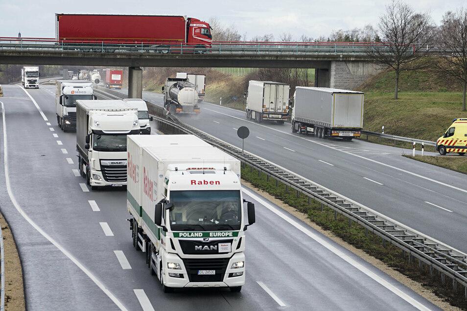 Irgendwo in der Nähe der Anschlussstelle Weißenberg kollidierte der Renault mit einer Leitplanke. Kurz danach war die Fahrt zu Ende.