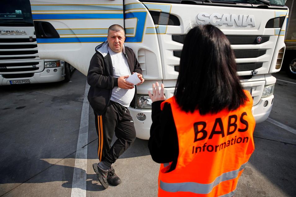 Der Rumäne Valentin Bobelnicu gehört zu den wenigen Lkw-Fahrern, die ganz offen über ihre Lage berichten. Mitarbeiterinnen der Beratungsstelle für ausländische Beschäftigte informieren ihn über seine Rechte.