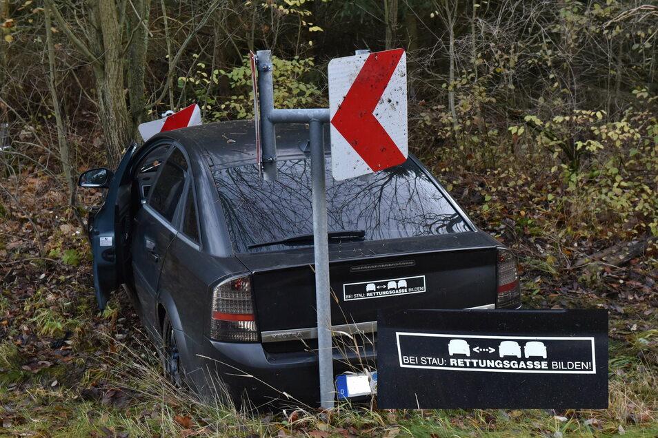 Da hat wohl jemand beim Bilden der Rettungsgasse etwas zu weit ausgeholt und im Graben geparkt. Zum Glück ist dem Fahrer nichts weiter passiert.