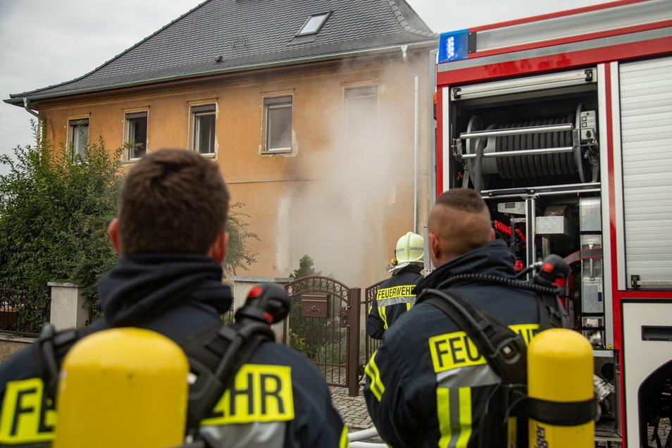 Feuerwehrleute haben einen Brand in Panschwitz-Kuckau gelöscht, der in der Küche eines Wohnhauses ausbrach.