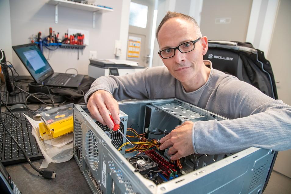 Lars Kiehle betreibt einen Computerservice in Niesky. Über mangelnde Aufträge kann er sich in der Hochzeit des Homeoffice nicht beschweren.