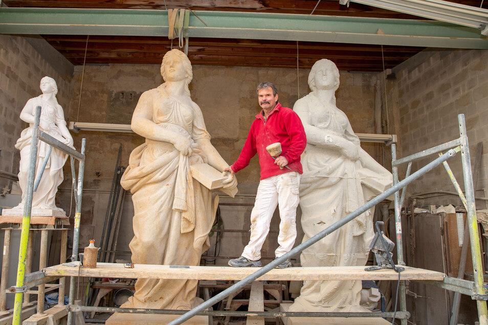 """So sieht es aus, wenn ein Sandsteinrohblock von 3,30 Metern Höhe zum fertigen Produkt geworden ist: Chefbildhauer Heino Lembcke und die allegorische Figur der """"Liebe""""."""