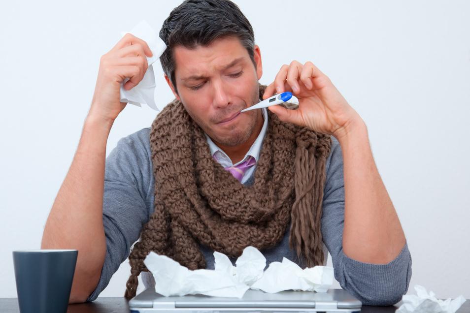 Krank zur Arbeit gehen? Laut einer Studie der AOK tun das vor allem Menschen, die ihrem Arbeitgeber eher wenig Kompetenz in der Krisenbewältigung zutrauen.